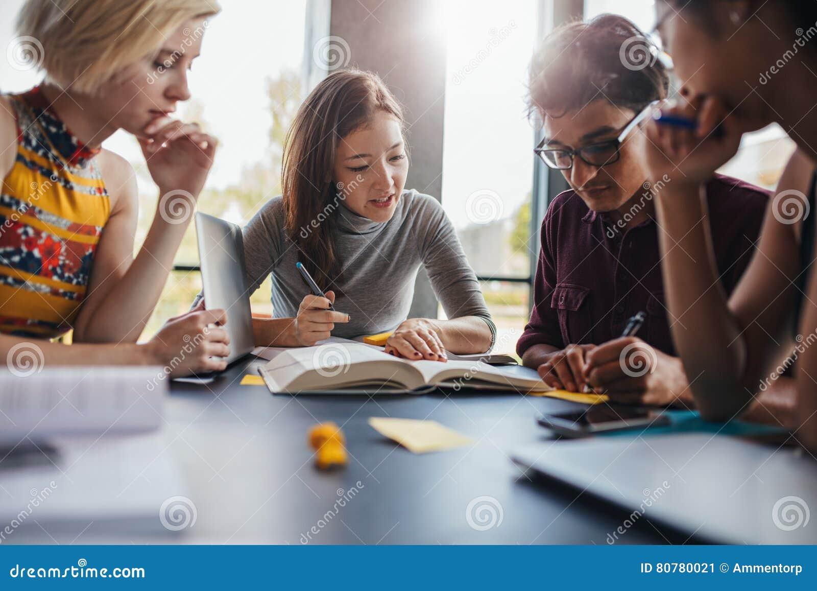 Grupp av studenter som gör skolauppgift