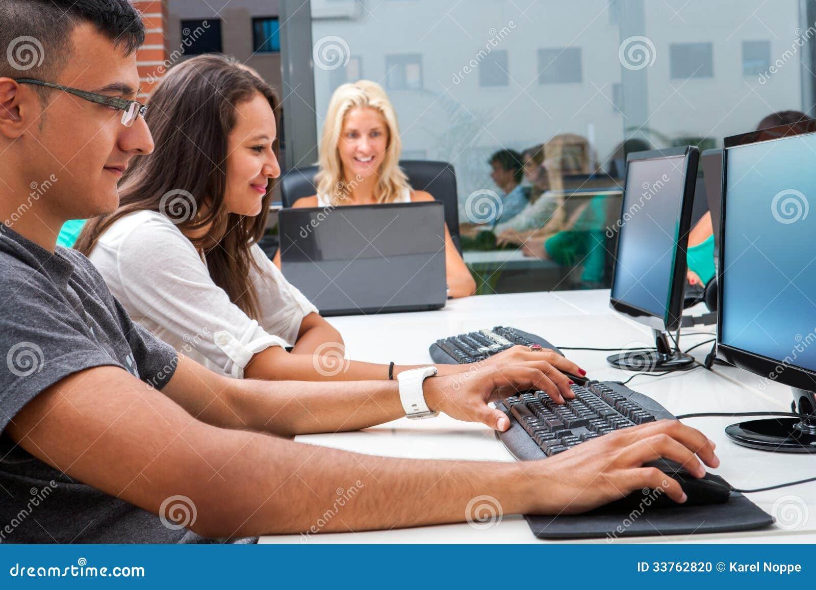 Grupp av studenter som utbildar på datorer.