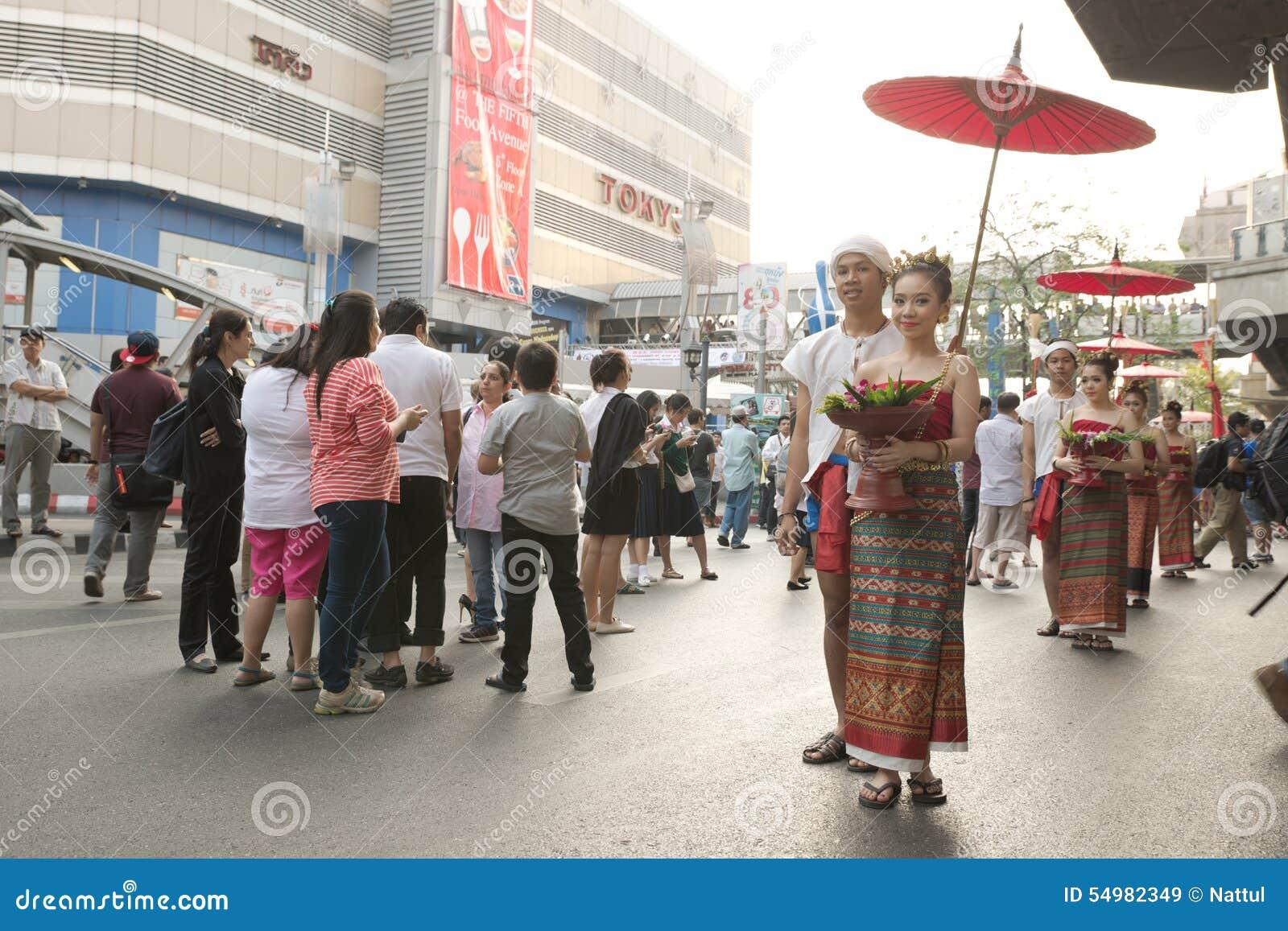Grupp av thailändska traditionella påkläddpar på den Pathumwan genomskärningen