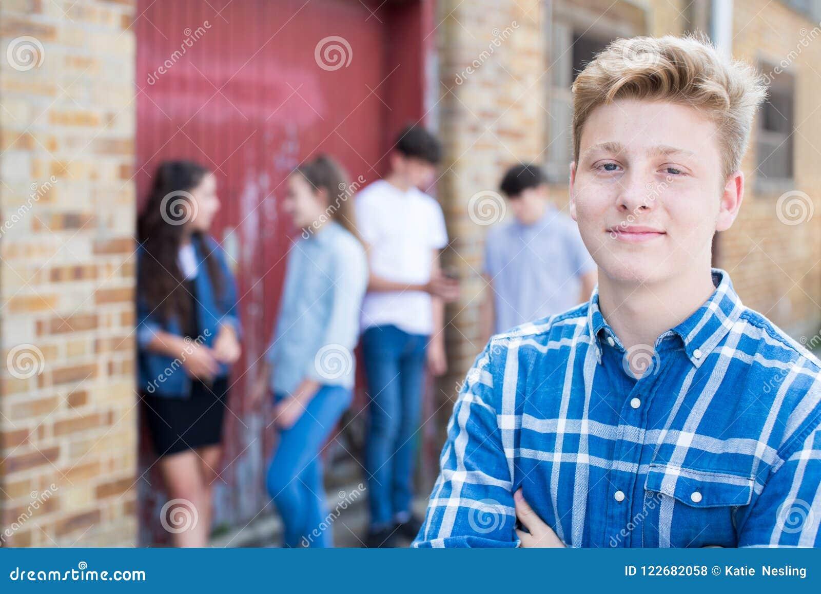 Grupp av tonåringar som ut hänger i stads- miljö