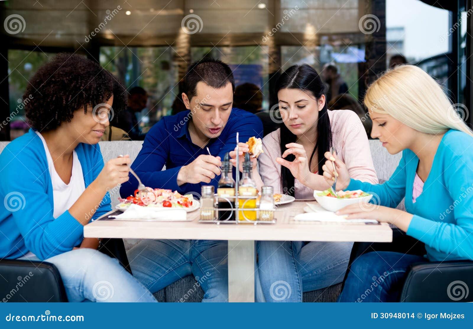 Grupp av tonåringstudenter på lunch