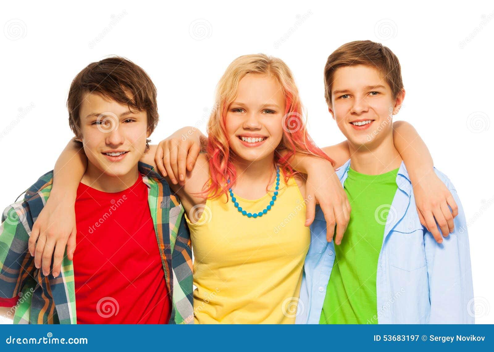Grupp av tre lyckliga tonårpojkar och flickakram