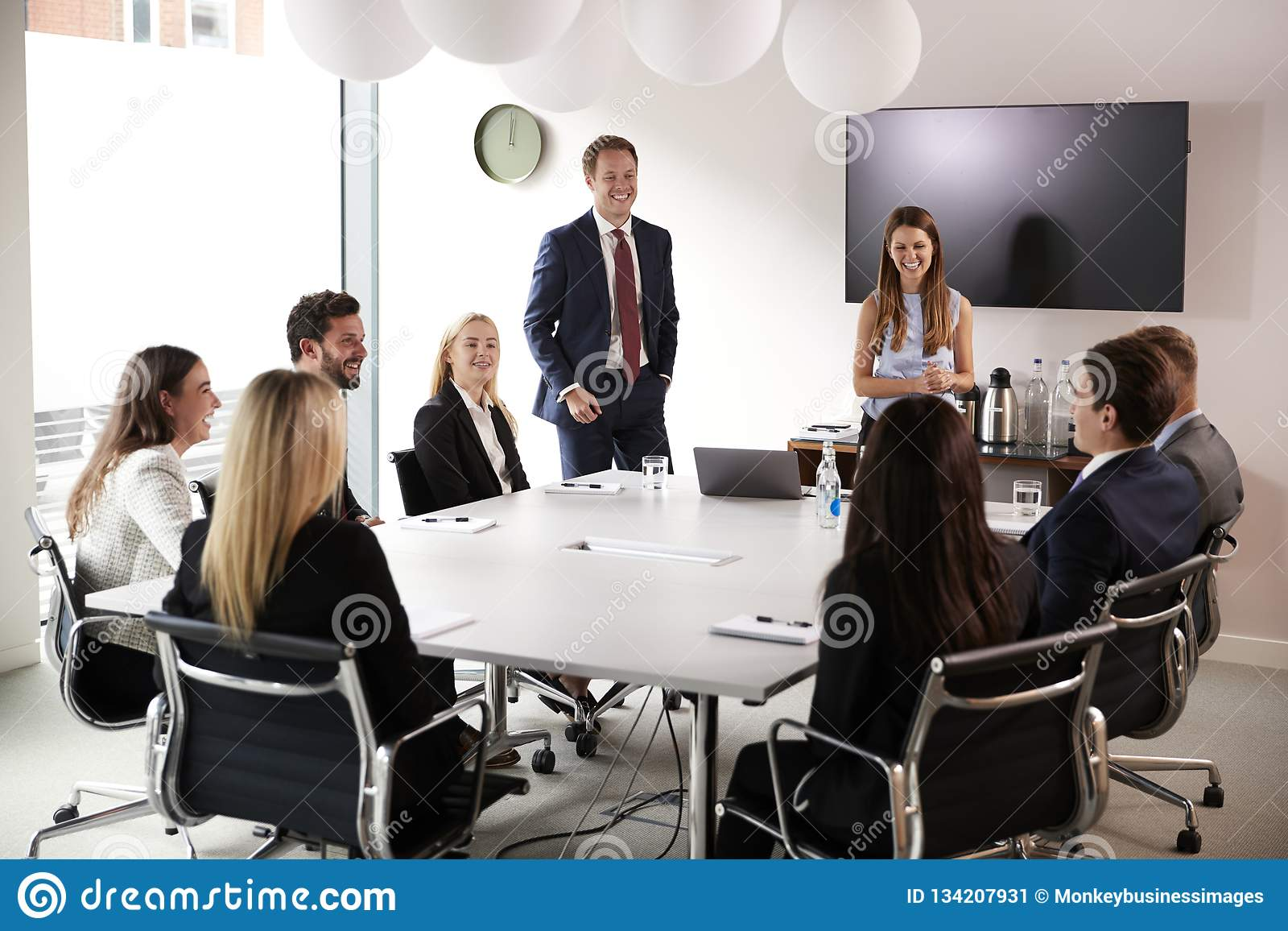 Grupp av unga affärsmän och affärskvinnor som möter runt om tabellen på den doktorand- rekryteringbedömningdagen