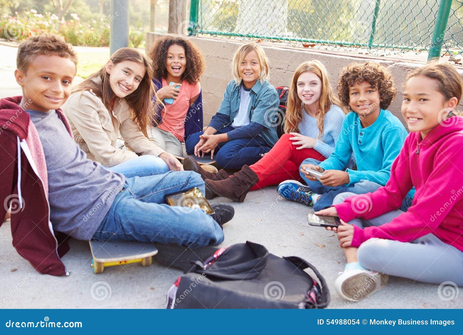 Grupp av unga barn som ut hänger i lekplats