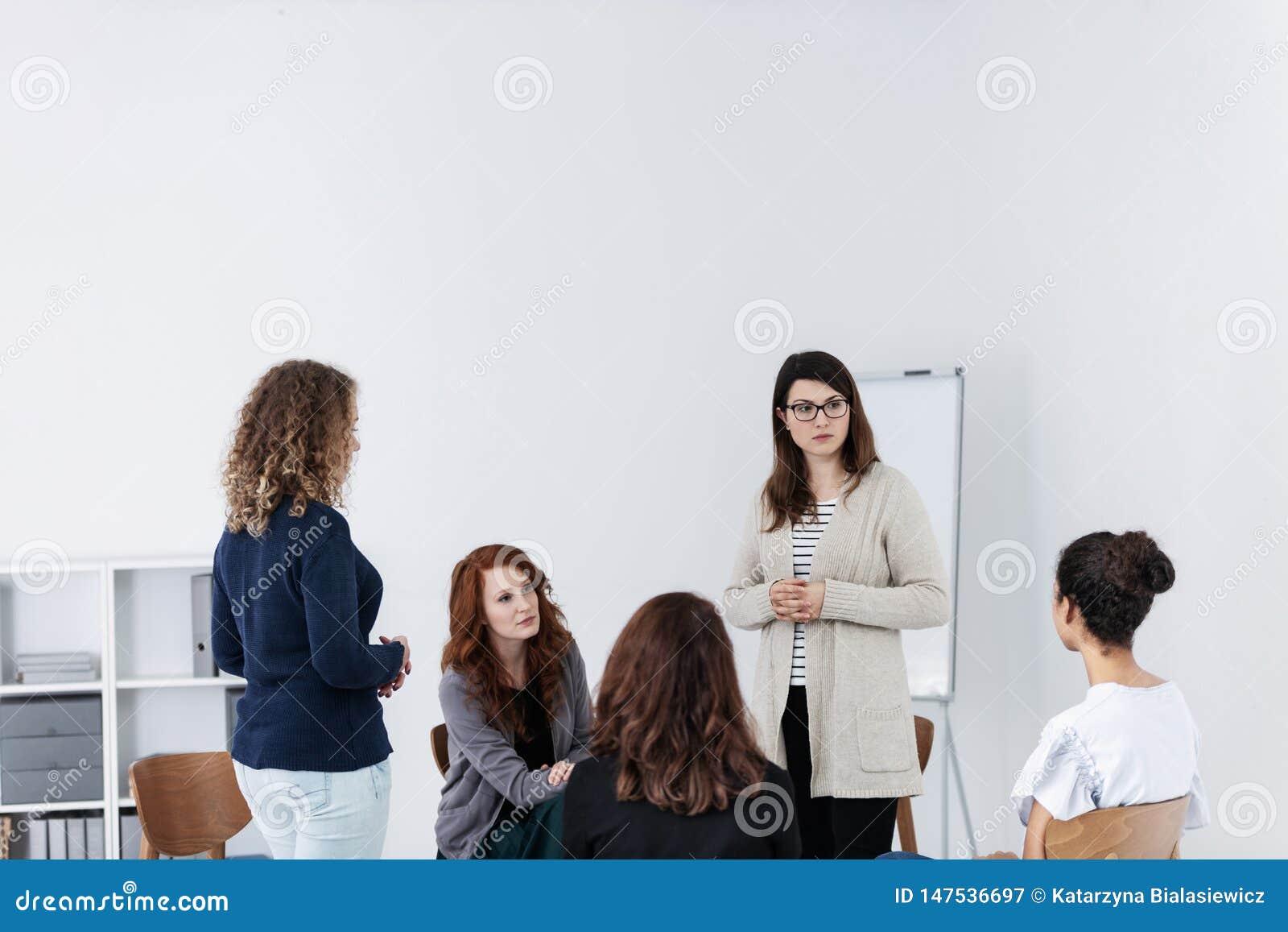 Grupp av unga kvinnor som talar sammantr?de i en cirkel Psykologiskt servicebegrepp