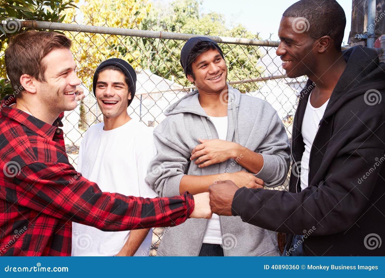 Grupp av unga män som hälsar sig i Urban S