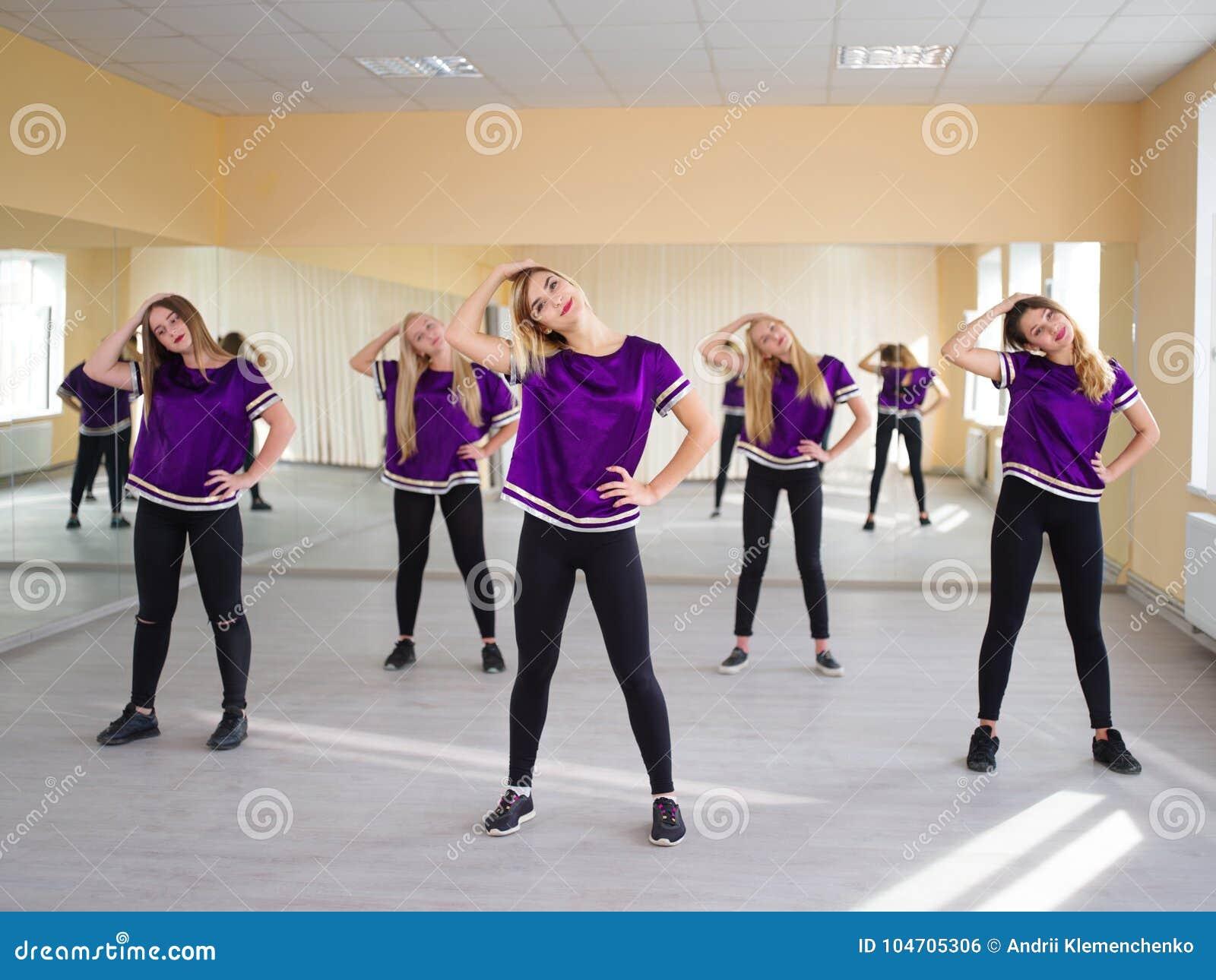 Grupp av unga moderna dansare i studion