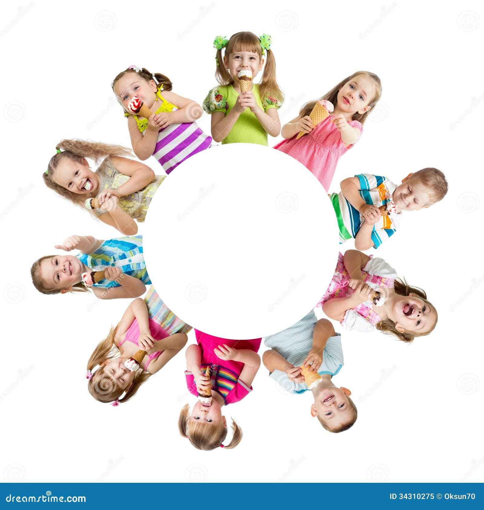 Grupp av ungar eller barn som äter glass