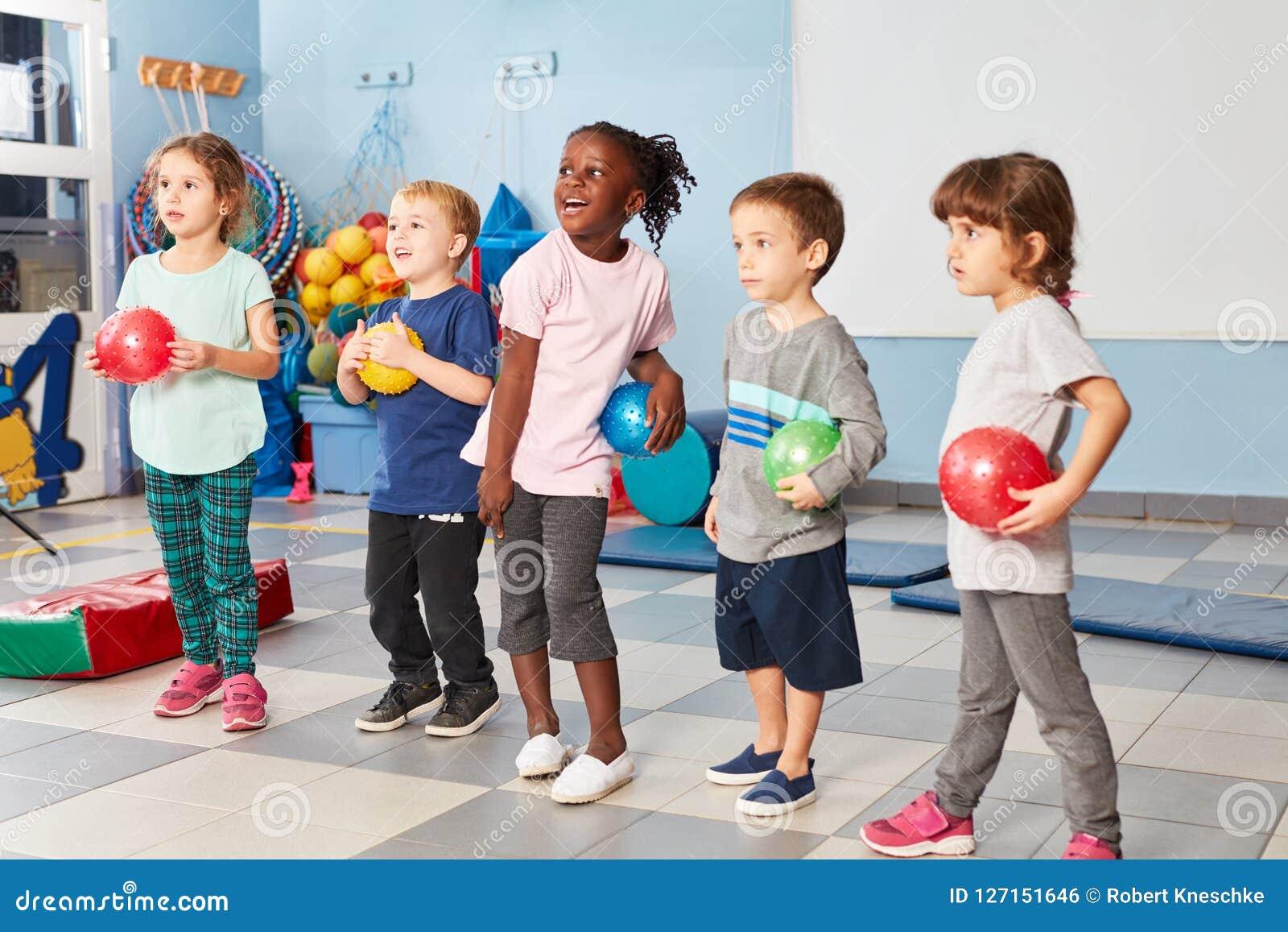 Grupp av ungar i idrottshallen