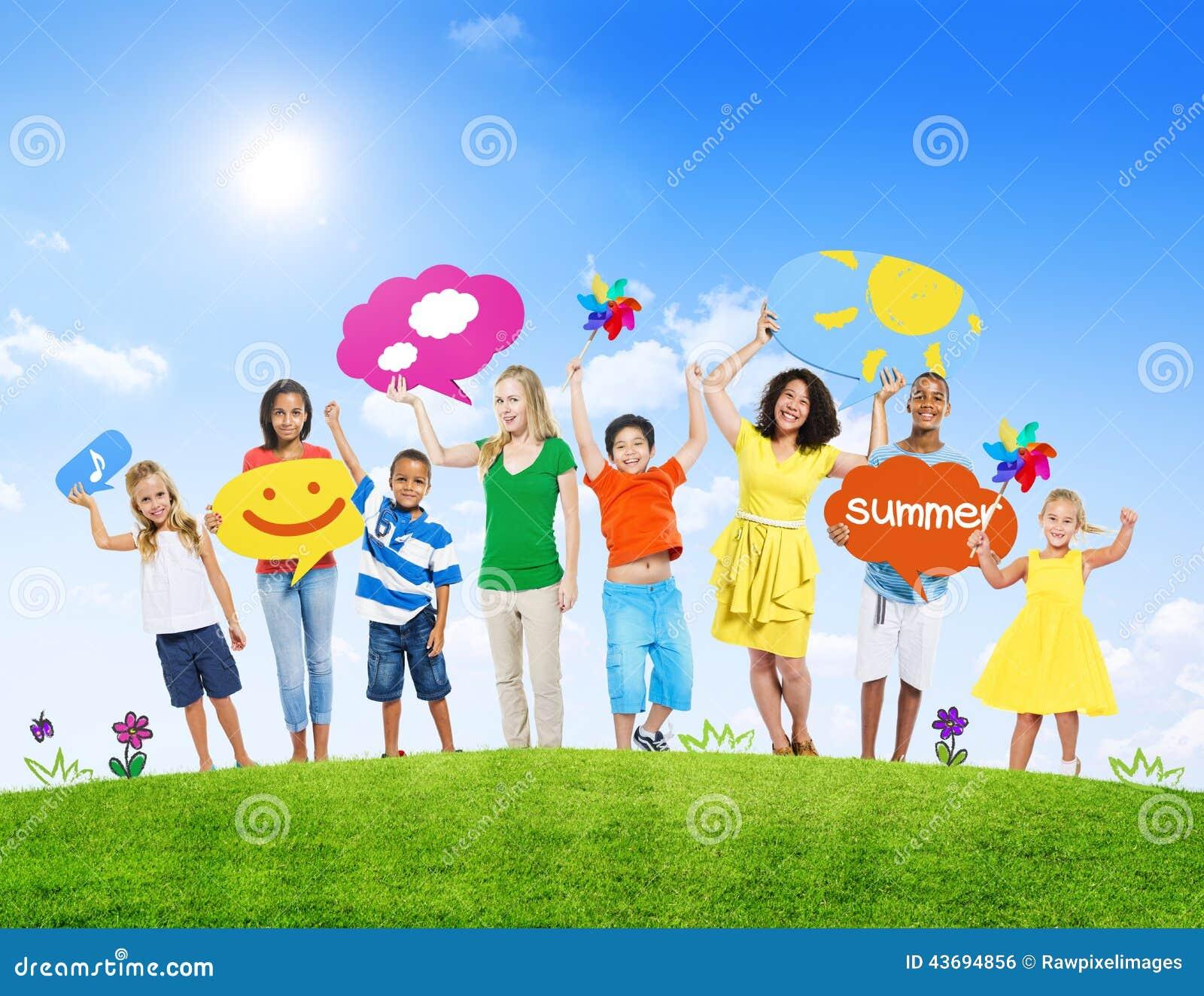 Grupp av ungar och unga kvinnor och sommarbegreppet