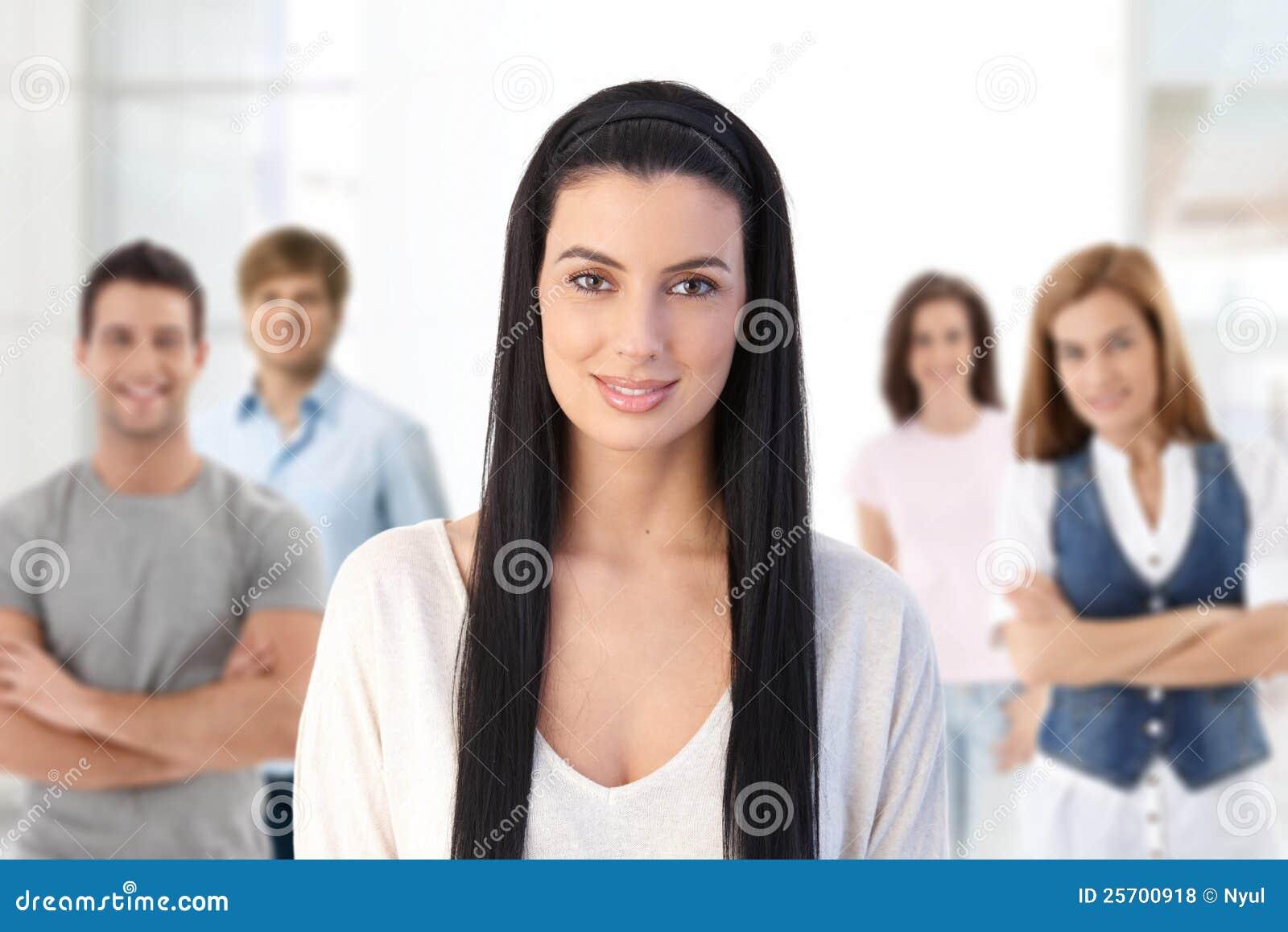 Grupp av ungdomar inomhus