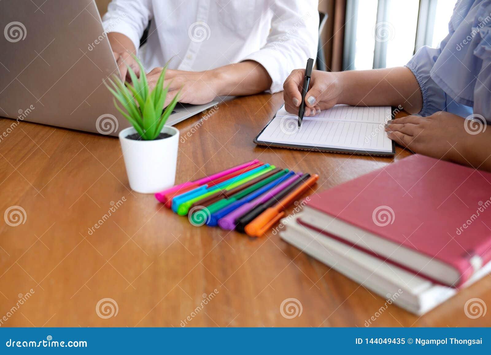 Grupp av ungdomarsom lär studera kurs i arkiv under att hjälpa undervisa vänutbildning för att förbereda sig för examen, ungdomun