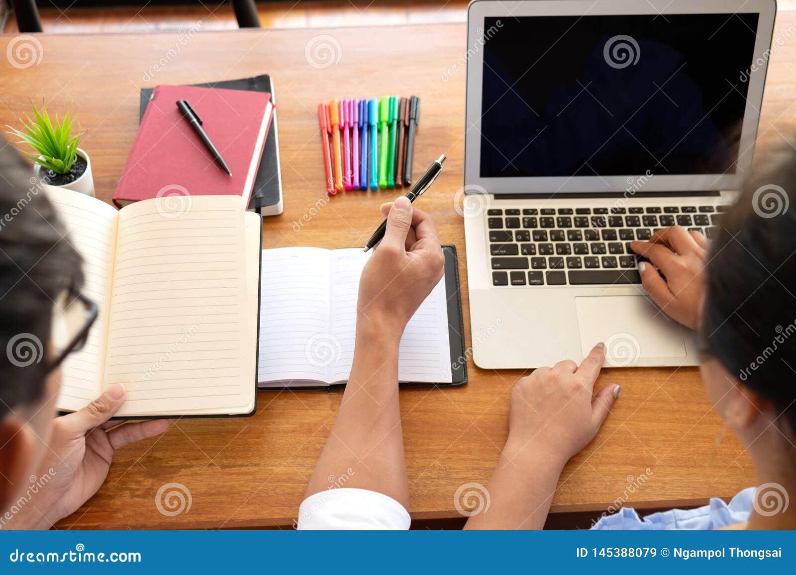 Grupp av ungdomarsom l?r studera kurs i arkiv under att hj?lpa undervisa v?nutbildning f?r att f?rbereda sig f?r examen, ungdomun