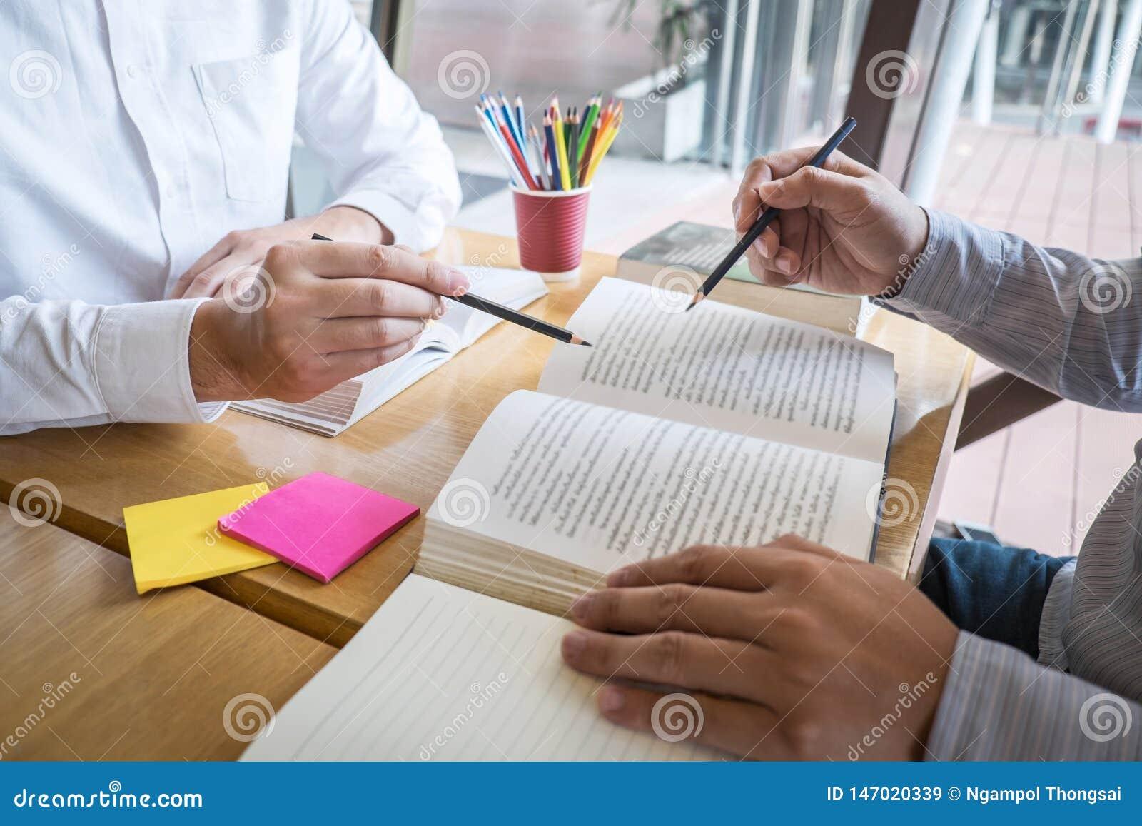 Grupp av ungdomarsom l?r studera ny kurs till kunskap i arkiv under att hj?lpa undervisa v?nutbildning f?r att f?rbereda sig f?r