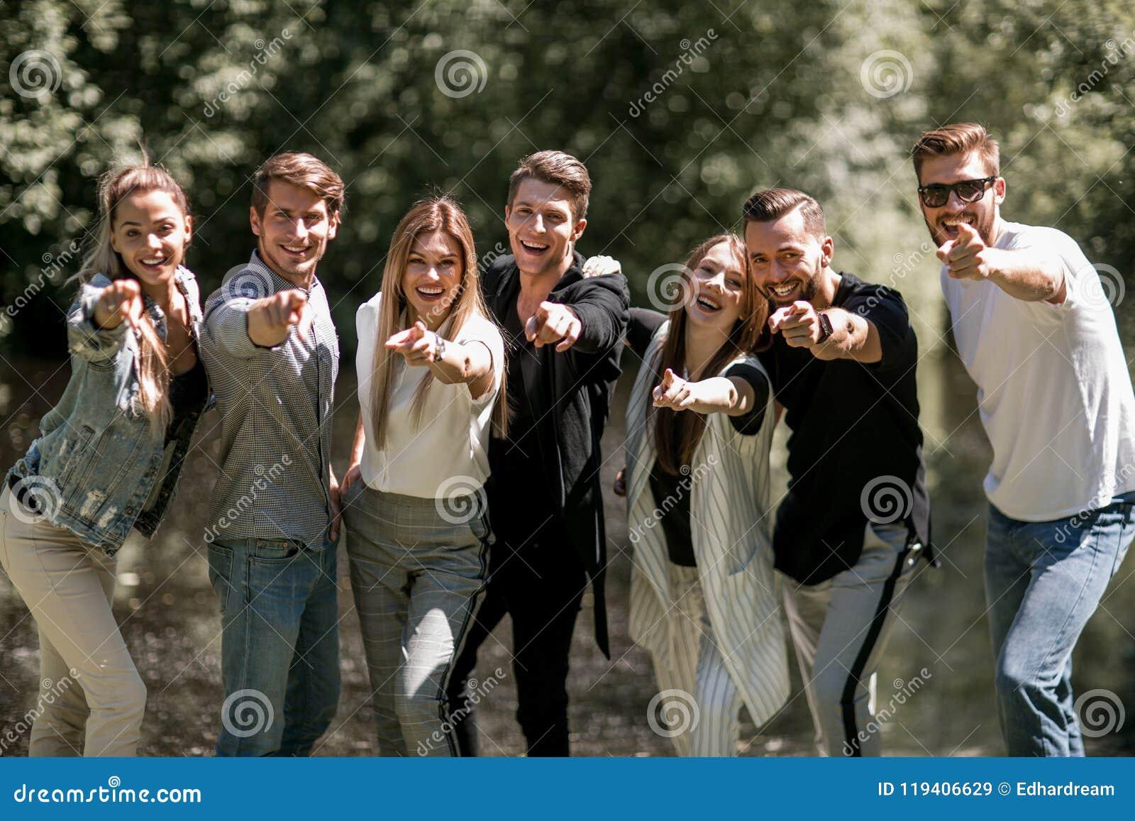 Grupp av ungdomarsom pekar på dig