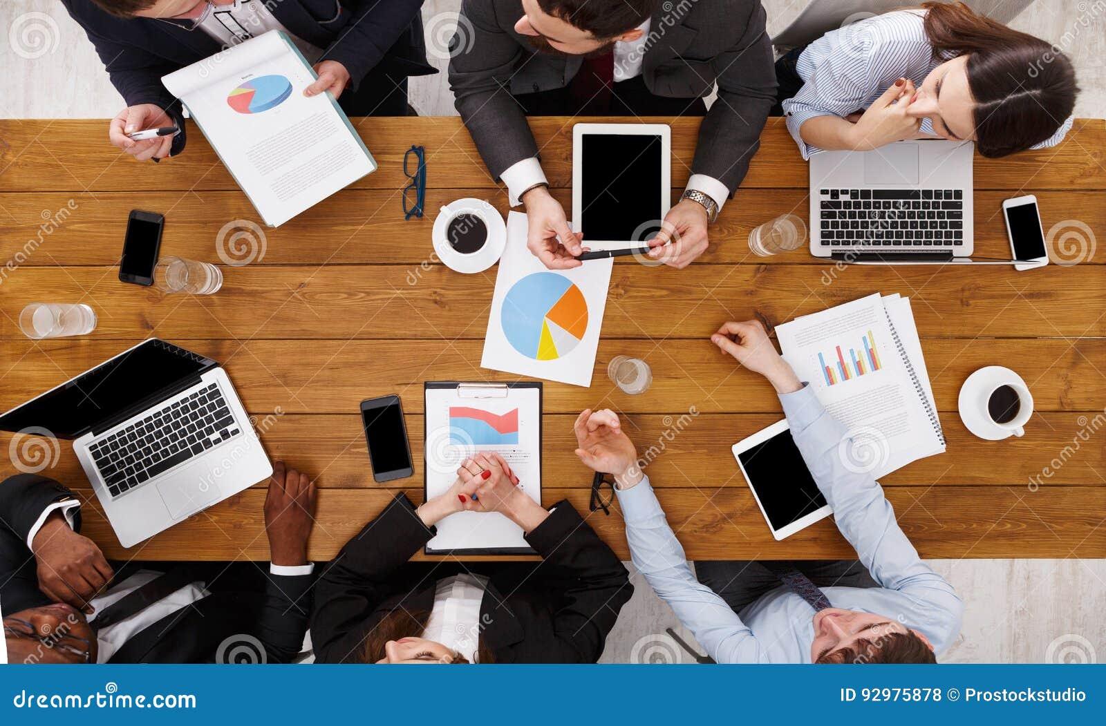Grupp av upptaget affärsfolk som i regeringsställning möter, bästa sikt
