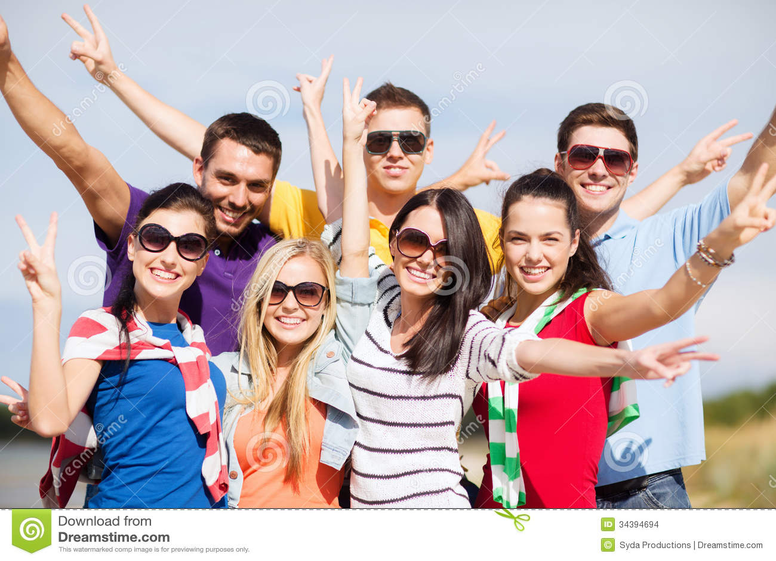 Grupp av vänner som har gyckel på stranden