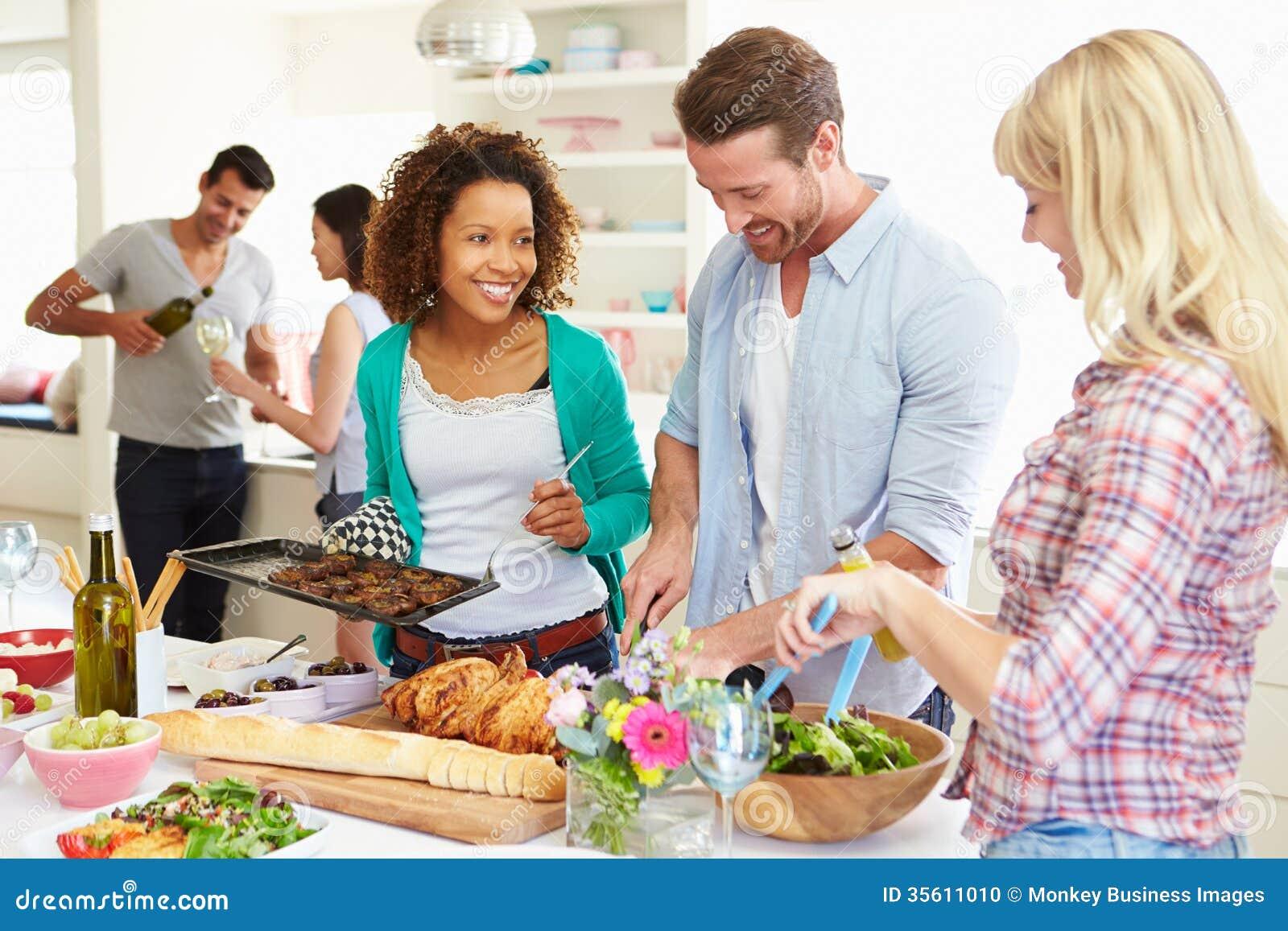 Grupp av vänner som har matställepartiet hemma
