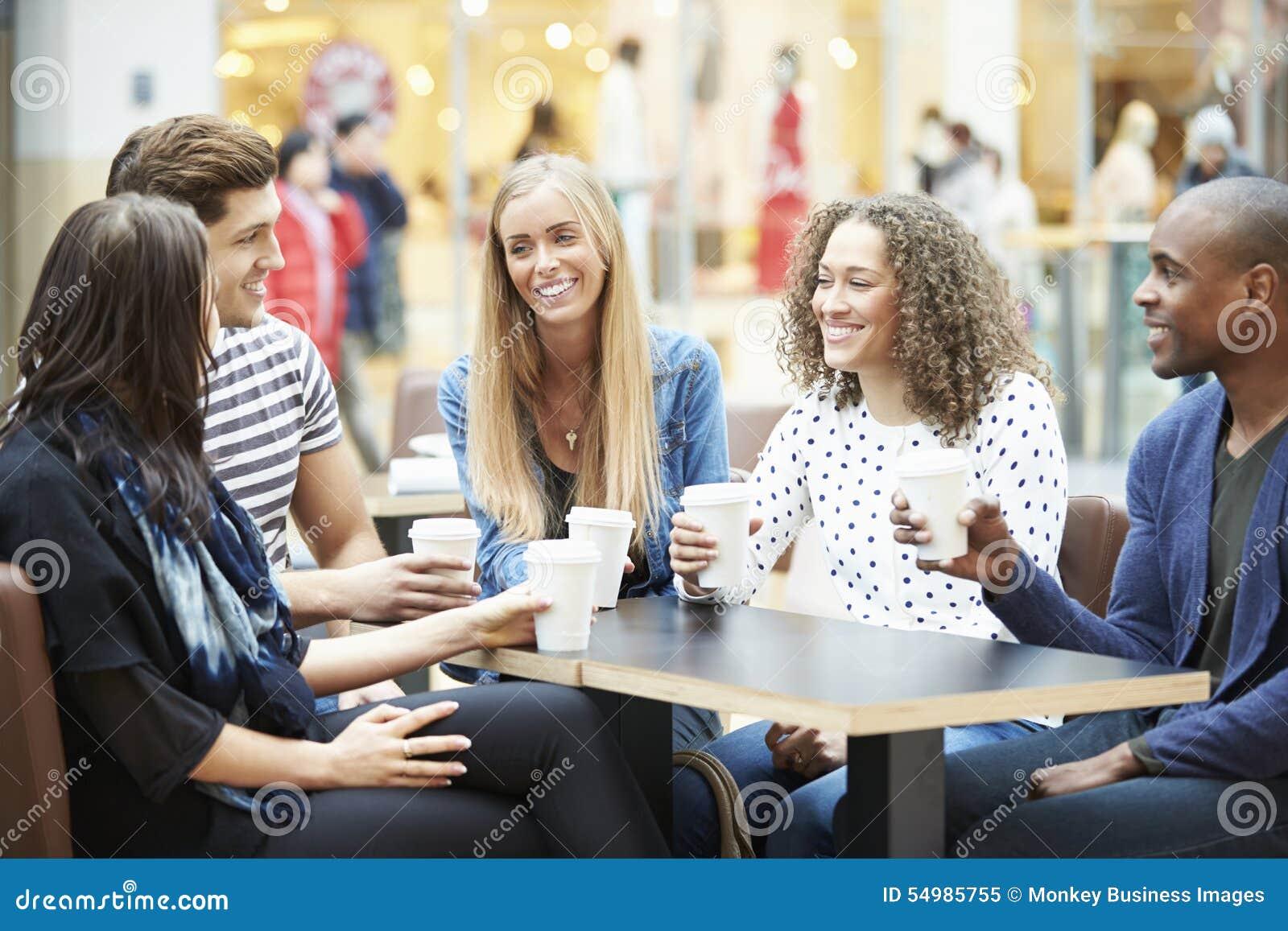 Grupp av vänner som möter i shoppinggalleriaCafÅ ½