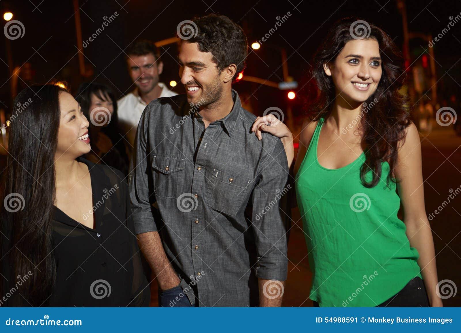 Grupp av vänner som ut tycker om natt tillsammans
