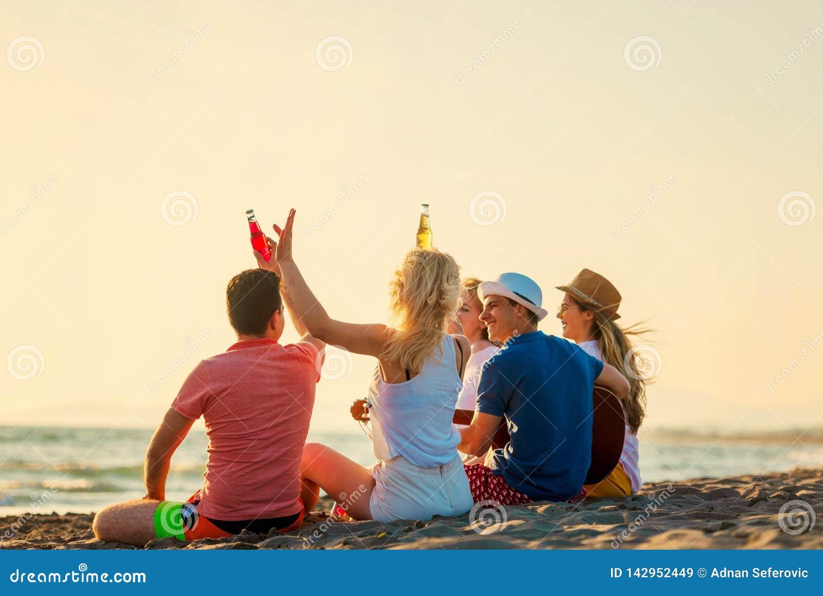 Grupp av v?nlek p? stranden