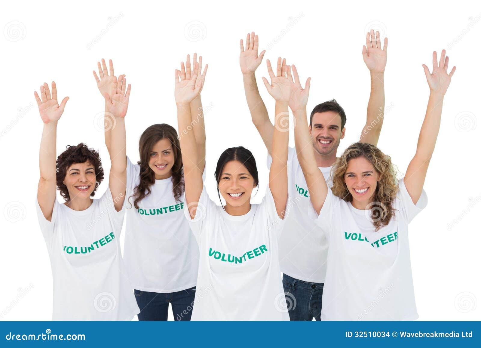 Grupp av volontärer som lyfter armar