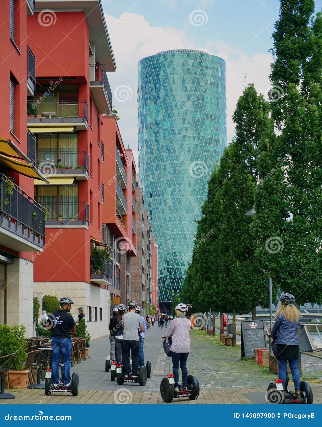 Grupp av vuxen m?nniskasight p? Segway i Frankfurt, Tyskland