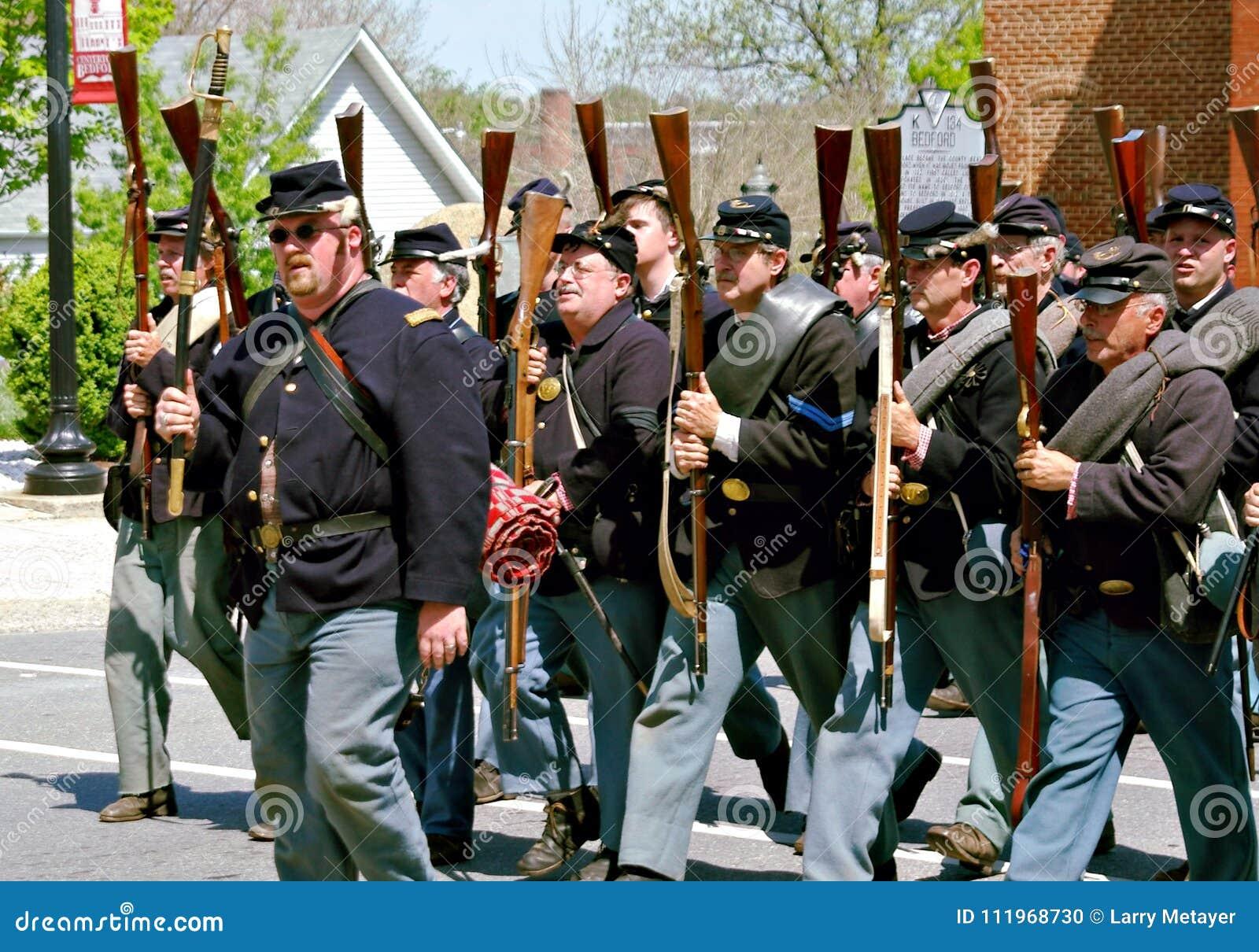 Grupp av Yankee Reenactors som ståtar i Bedford, Virginia