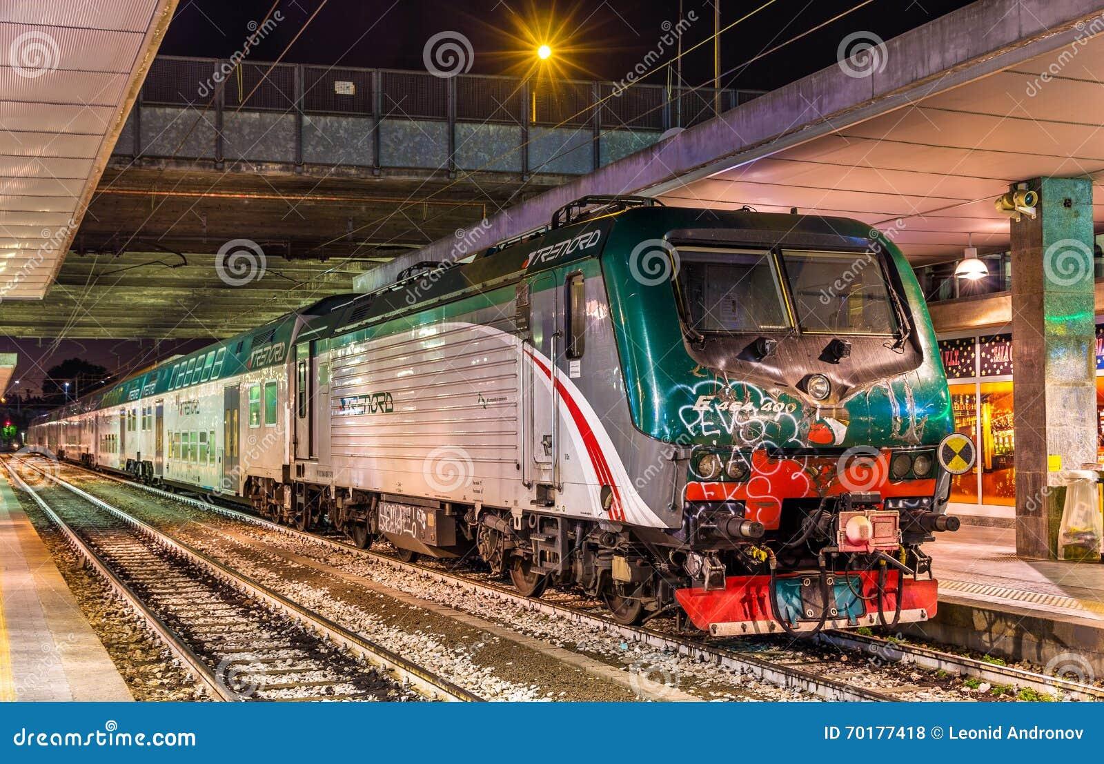 Grupp E lastbilstransport för 464 lokomotiv ett regionalt drev på den Milano Porta Garibaldi järnvägsstationen