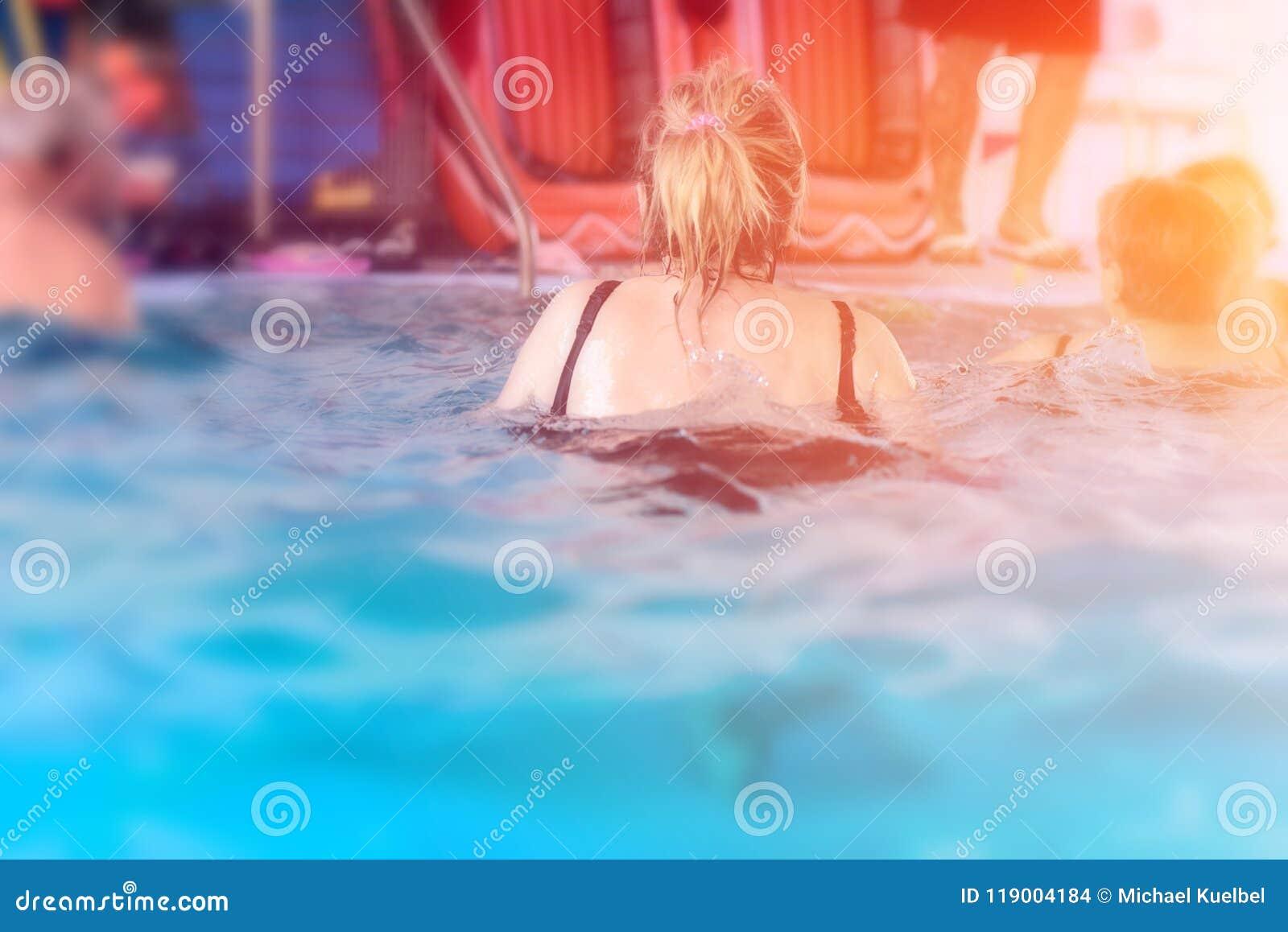 Grupp eller ungt och högt folk i aquarobic öva för konditionsimbassäng
