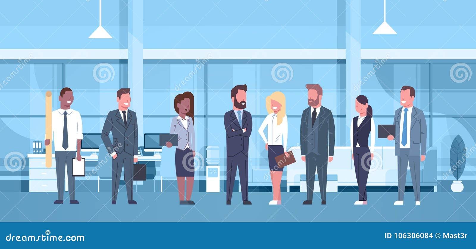Grupp för begrepp för blandningloppTeam Of Business People In modern kontor av lyckade affärsmän och affärskvinnaarbetsplatsen