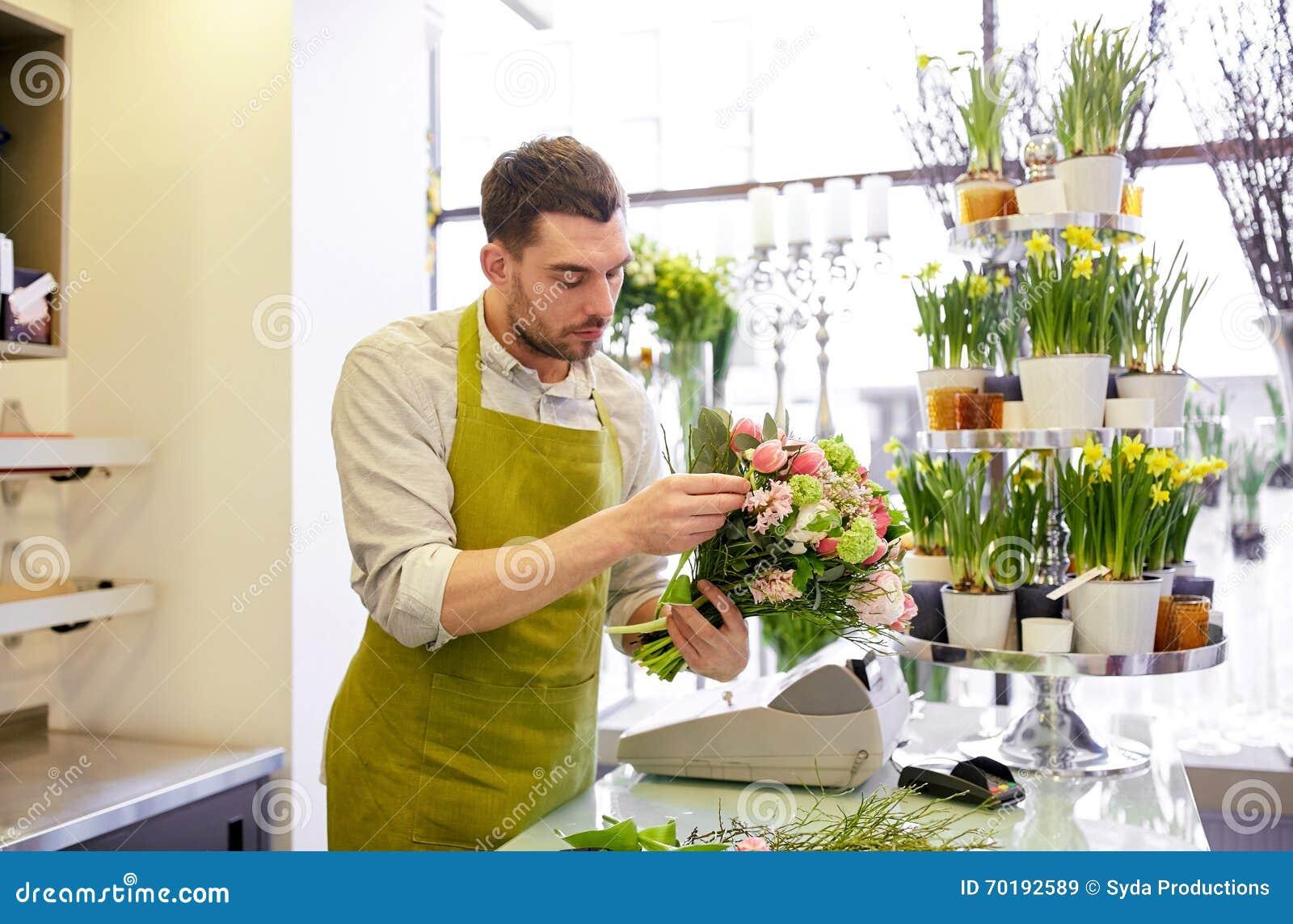 Grupp för blomsterhandlaremandanande på blomsterhandeln