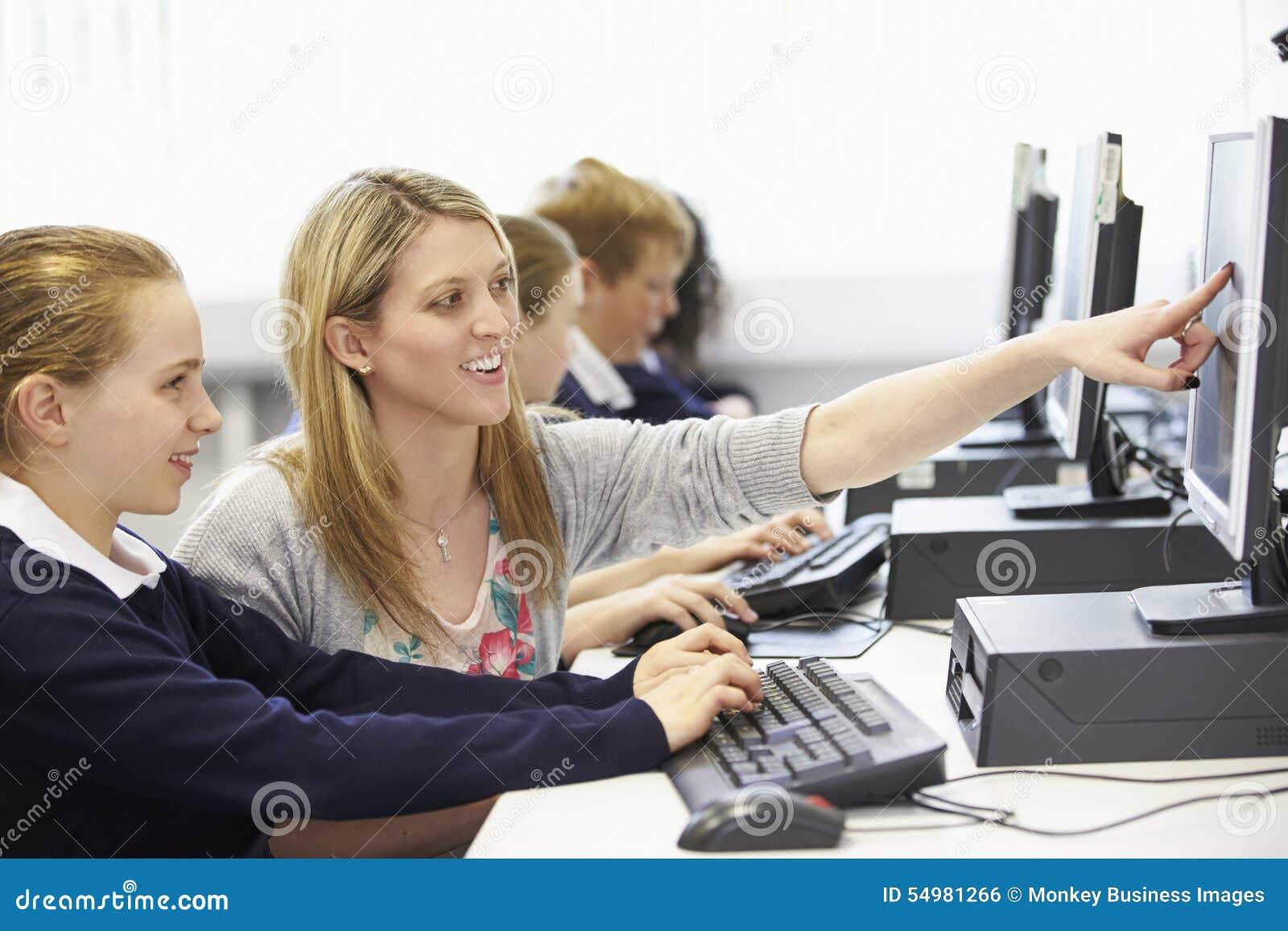 Grupp för dator för lärareAnd Pupil In skola