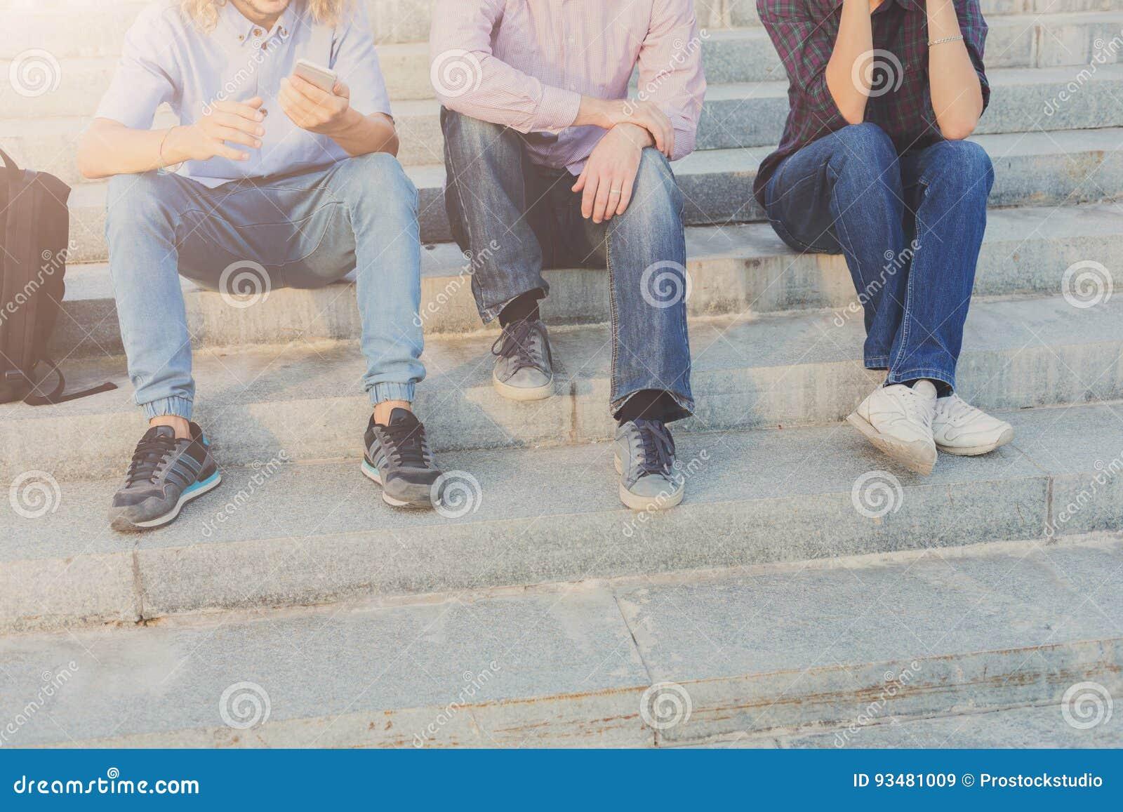 Grupp människor med utomhus- grejer, kopieringsutrymme