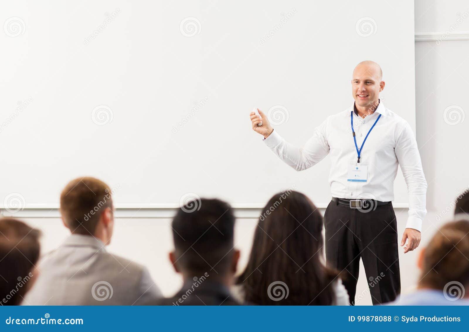 Grupp människor på den affärskonferensen eller föreläsningen