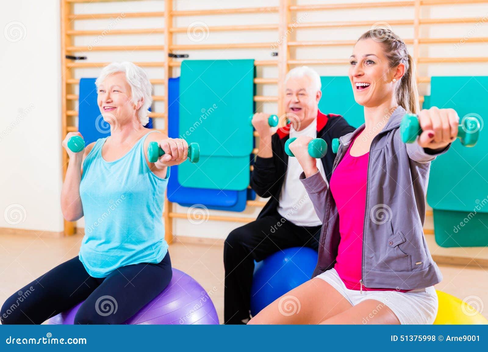 Grupp människor på sjukgymnastik