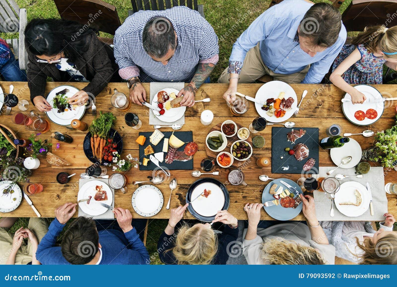 Grupp människor som äter middag begrepp