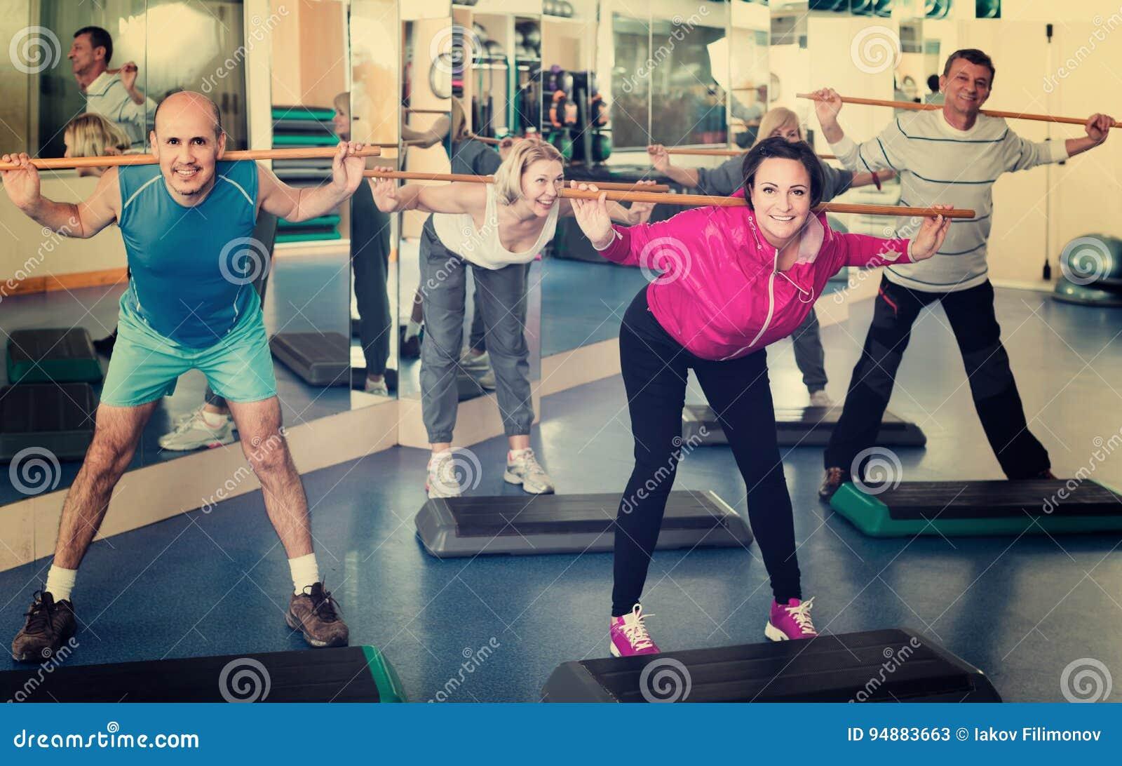 Grupp människor som övar i en konditionklubba