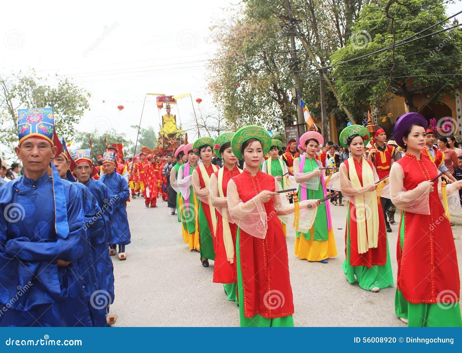 Grupp människor som deltar i traditionella festivaler