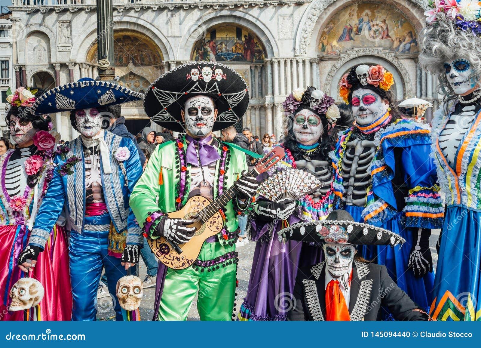 Grupp människor som förställas som skelett under den Venetian karnevalet