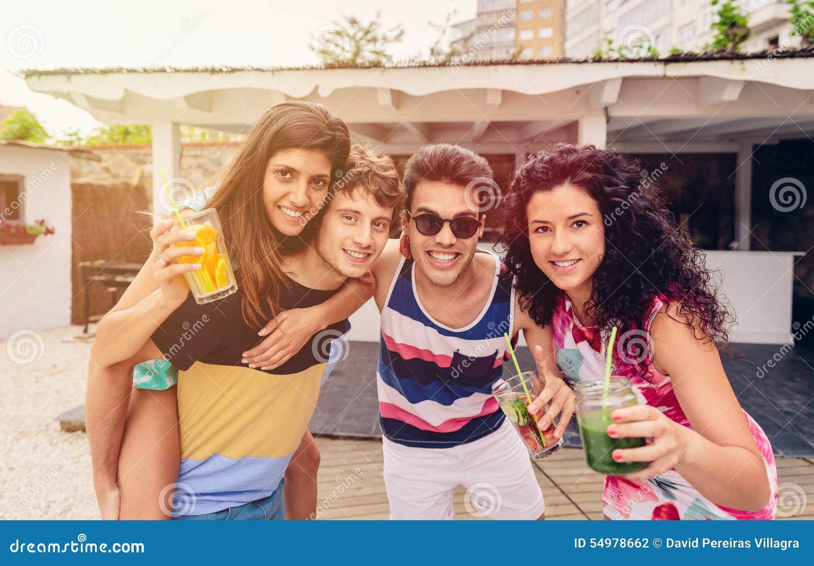 Grupp människor som har gyckel i sommarparti