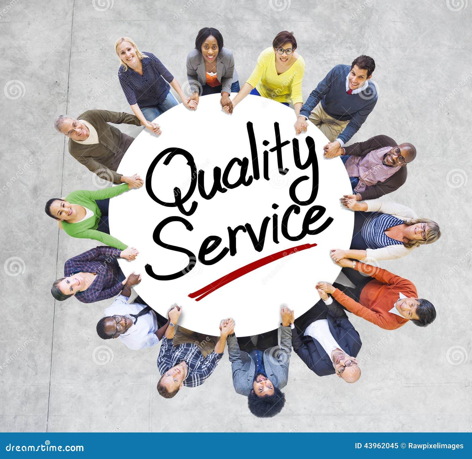 Grupp människorinnehavhänder runt om kvalitets- service