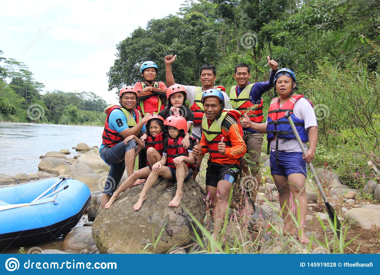 Grupp m?nniskor som spelar rafting p? en flod, som har ett tungt fl?de,