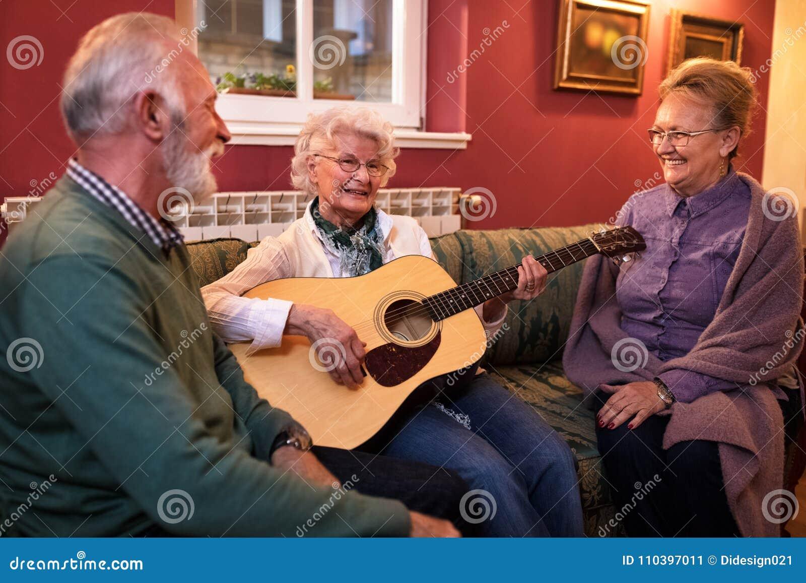 Gruppe ältere Leute genießen in der Freundschaft am Pflegeheim