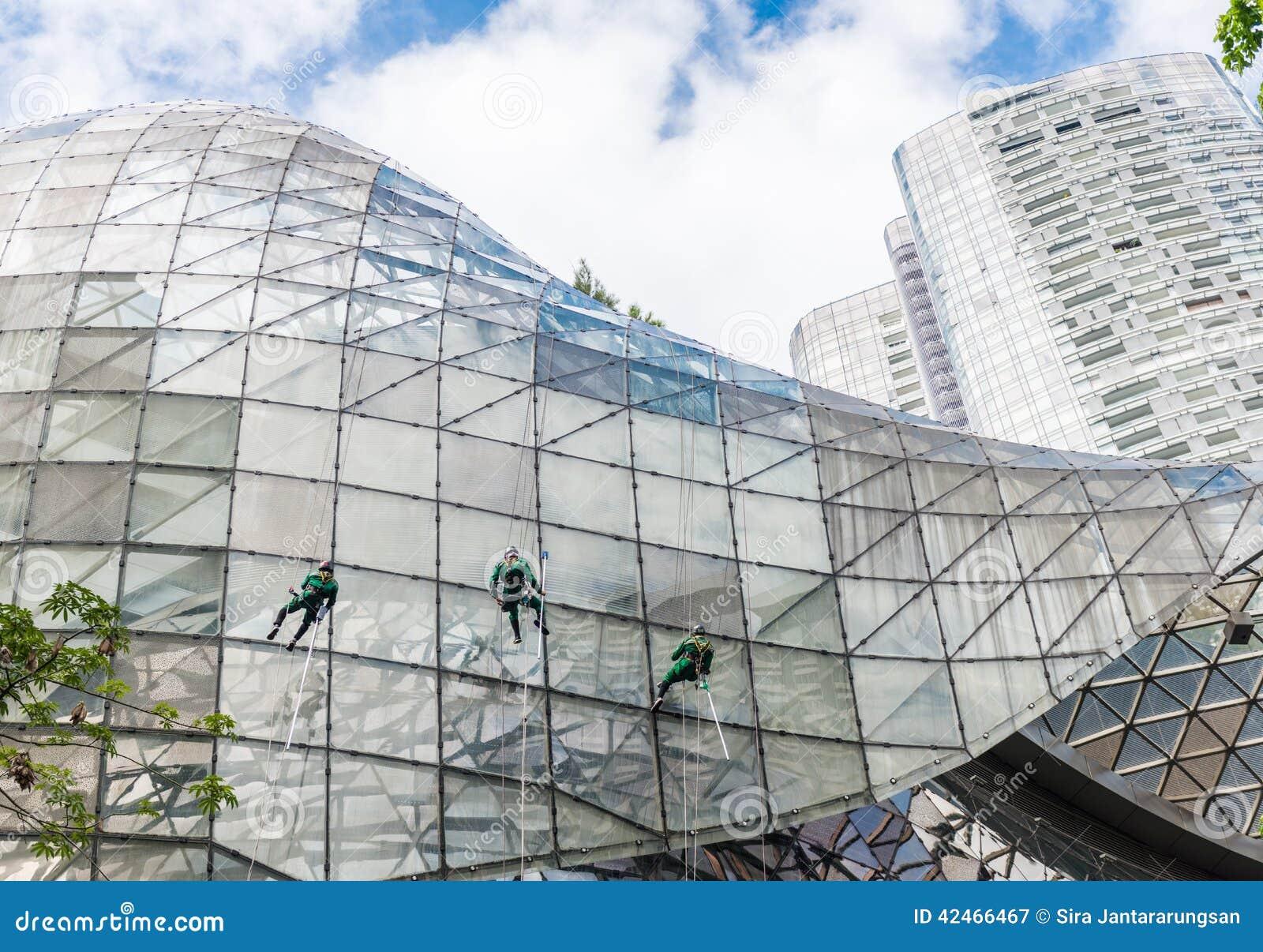 Gruppe Arbeitskräfte, die Fensterservice säubern
