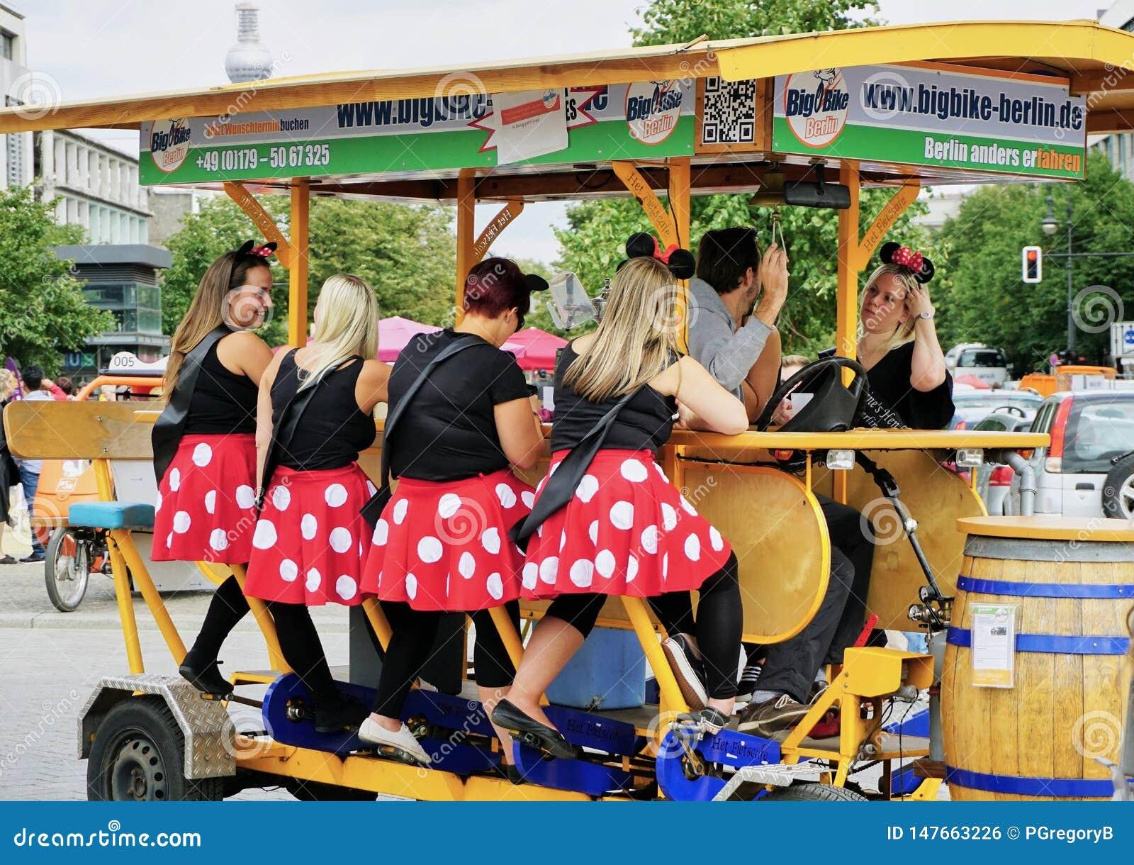 Gruppe der Damenpartei auf einem Bierfahrrad errichtet für 8