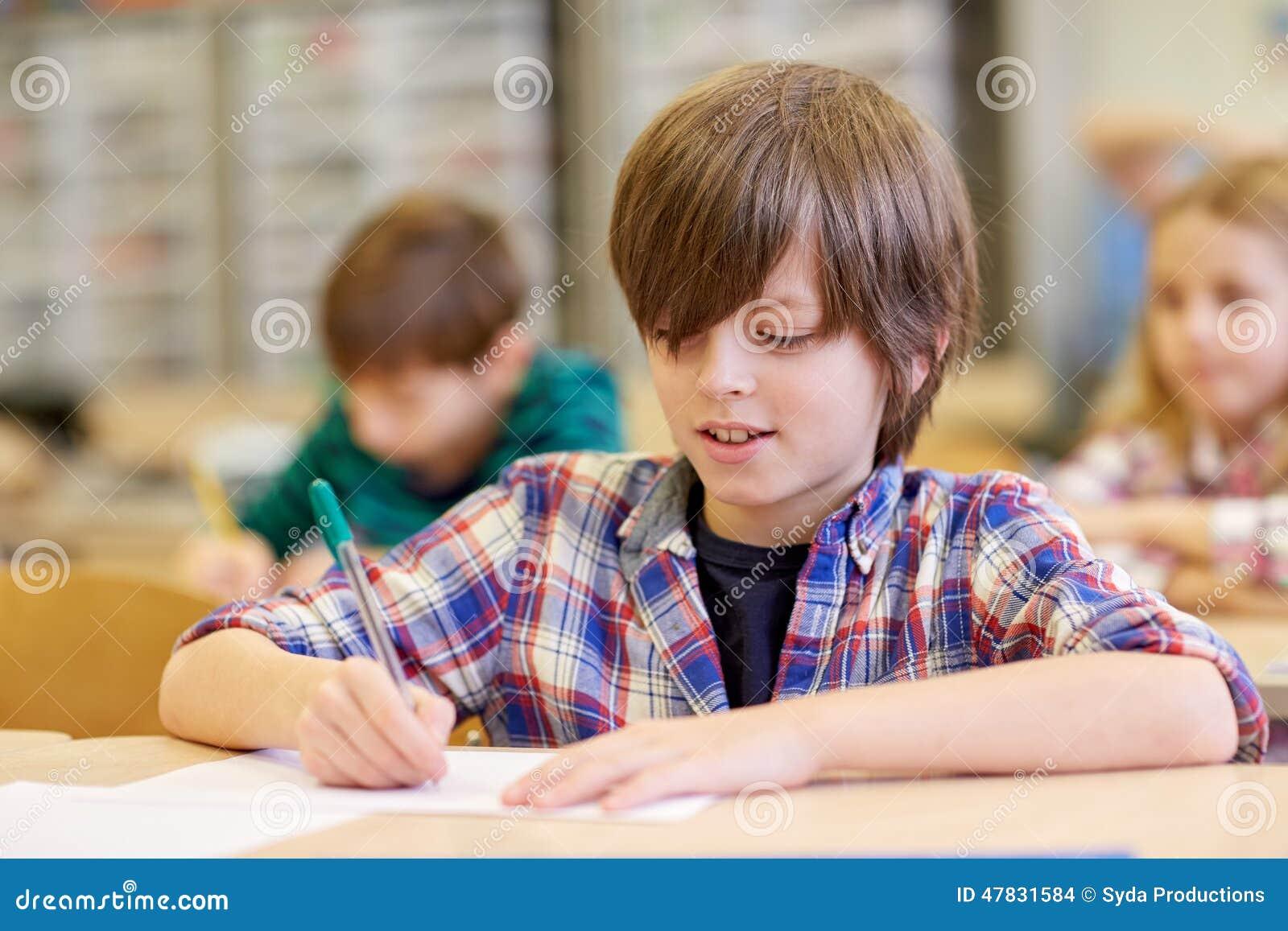 Gruppe der Schule scherzt Schreibenstest im Klassenzimmer