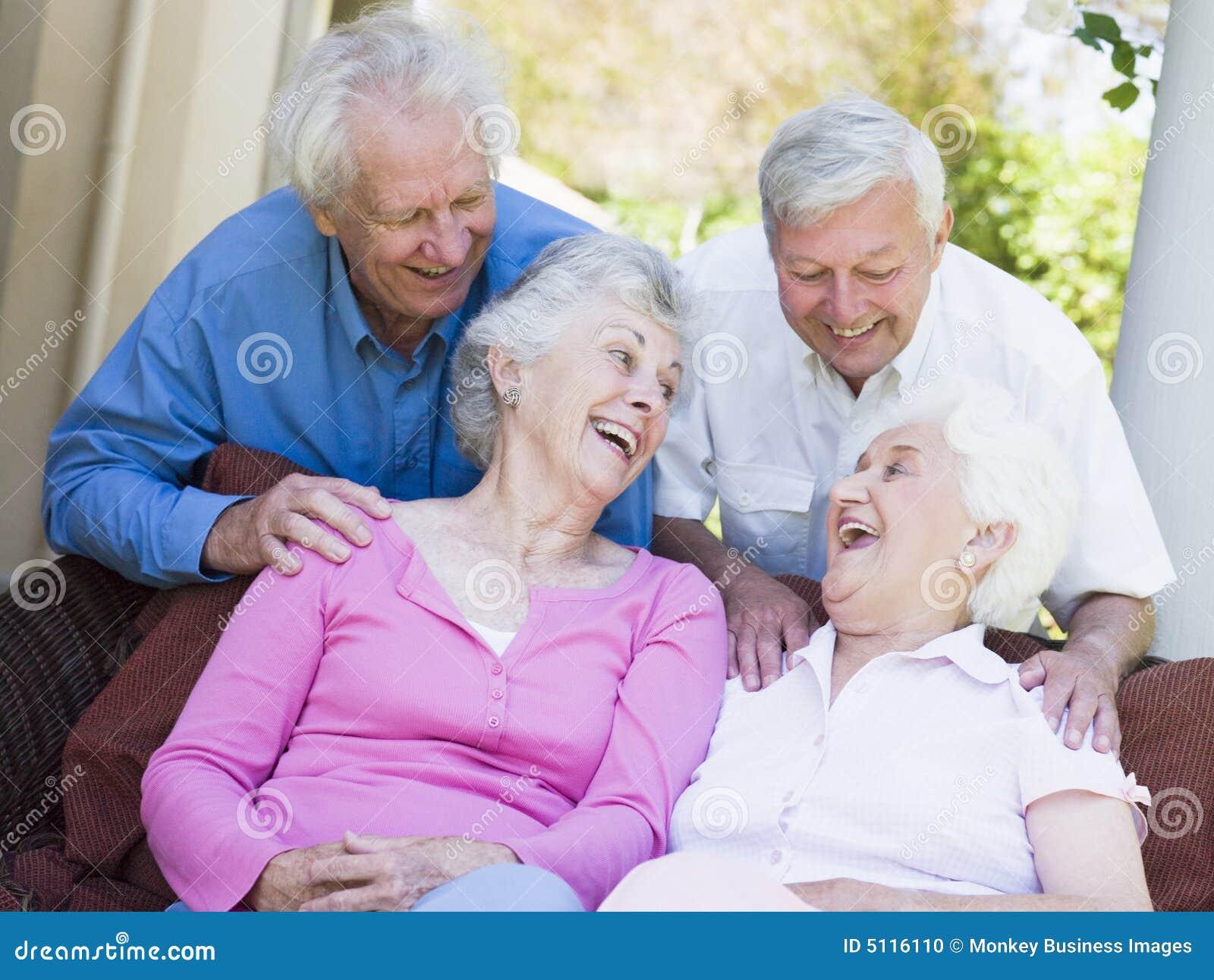 Gruppe des älteren Freundlachens