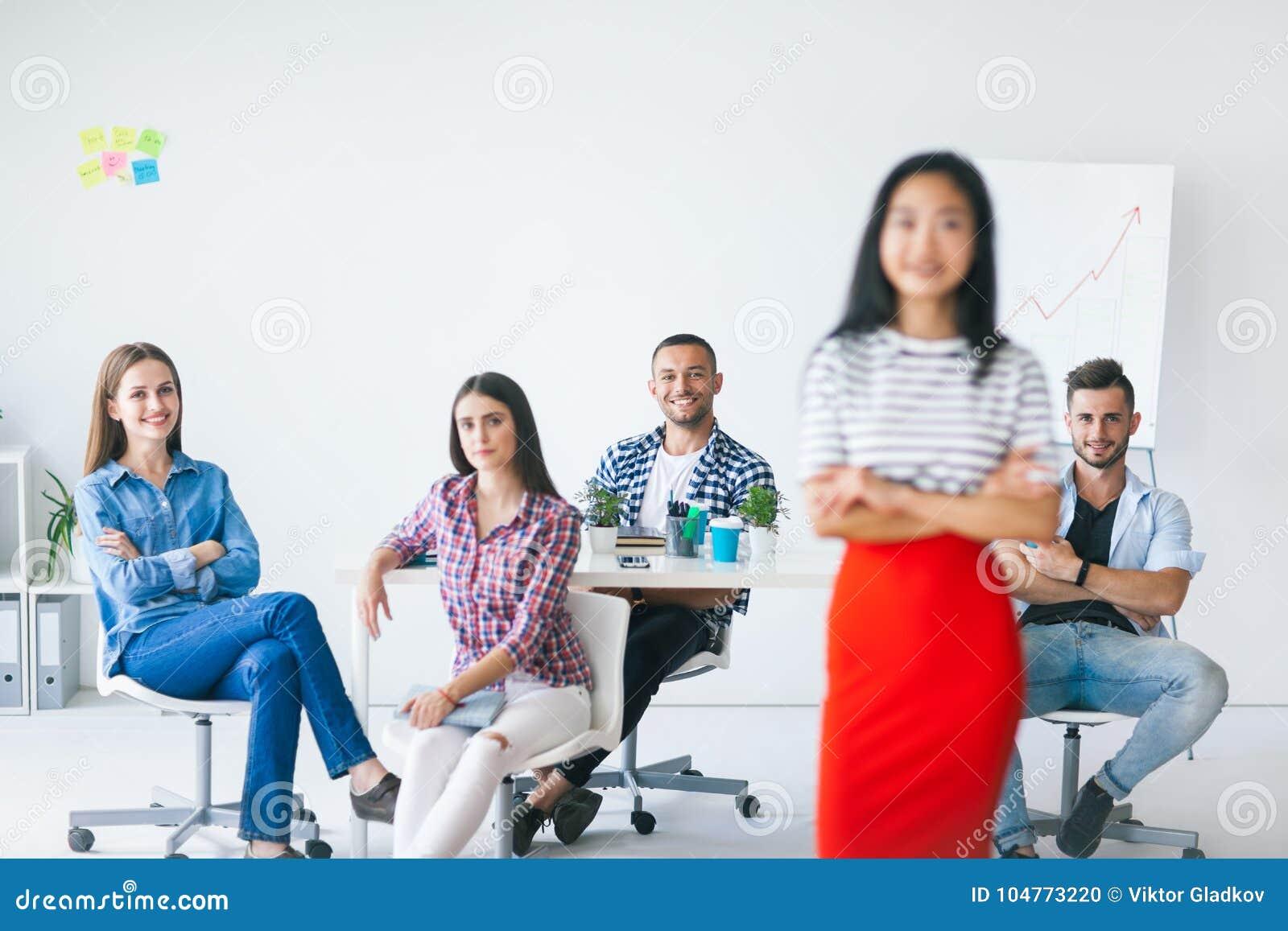 Gruppe des Geschäftsteams mit Führer an der Front