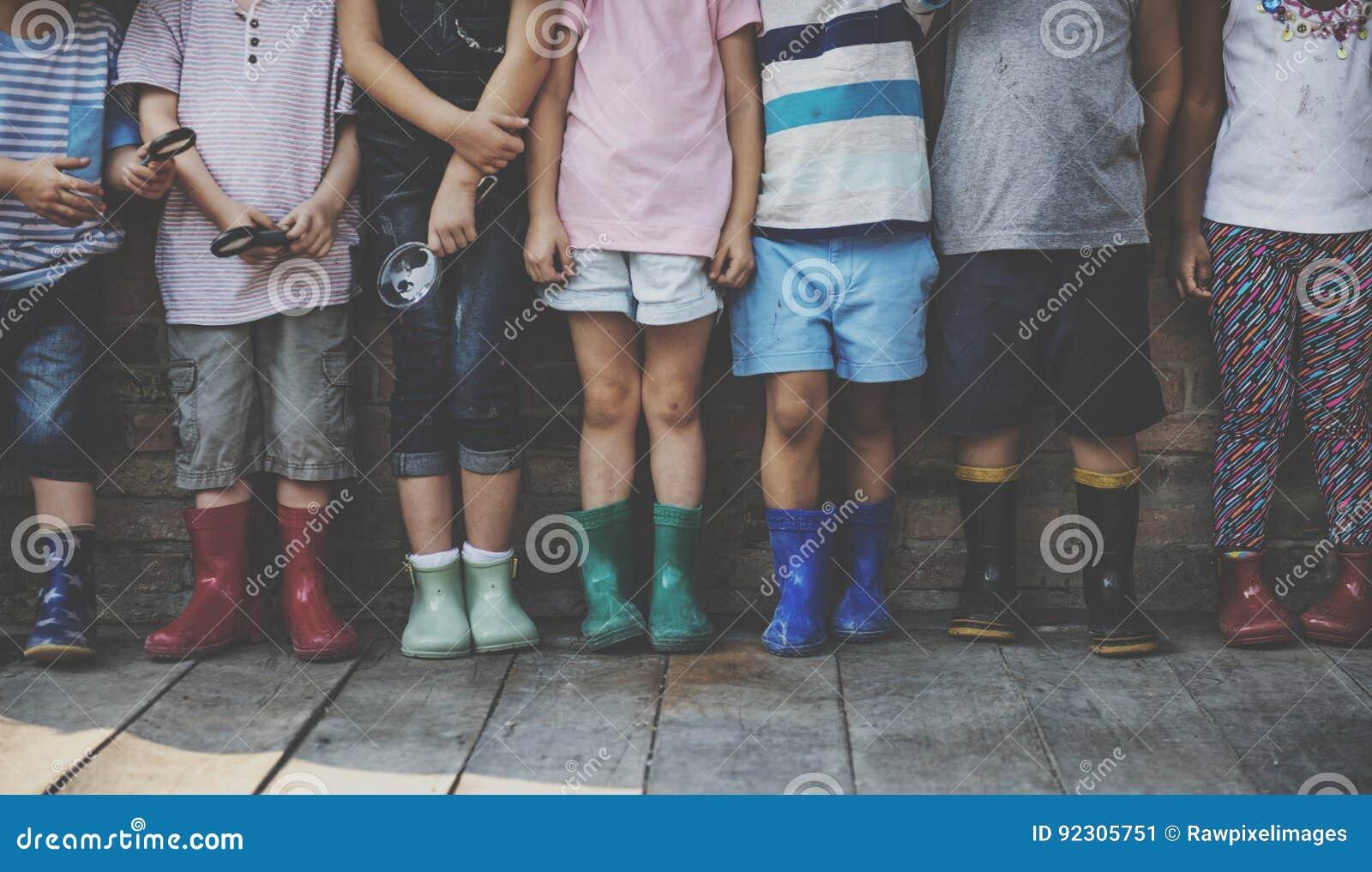 Gruppe des Kindergartens scherzt die Freunde, die Lupe für halten